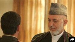 阿富汗总统卡尔扎伊(右,资料照片)