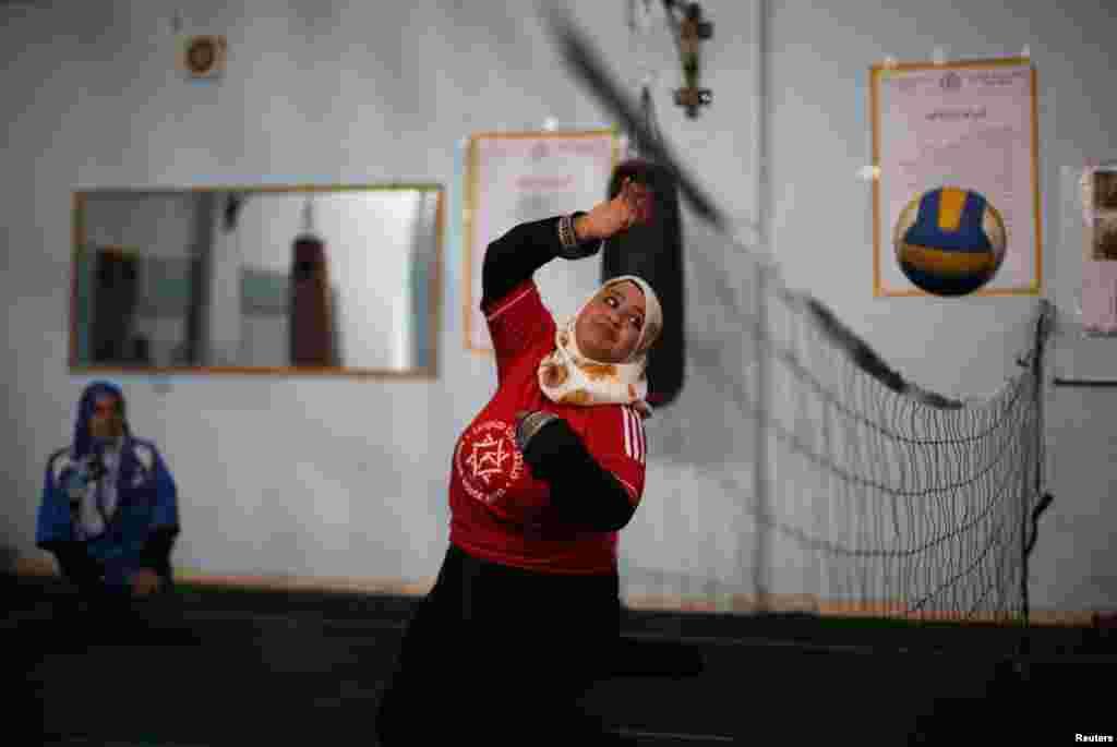 اس وقت 16 معذور لڑکیاں والی بال کی تربیت اور اس کی مشق کر رہی ہیں۔