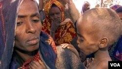 Seorang ibu menggendong anaknya yang menderita kelaparan di sebuah kamp pengungsi di Ethiopia (foto: dok.).