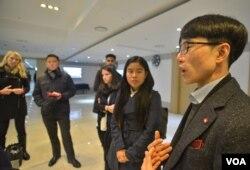 탈북자 이태원 씨가 미국인 학생들에게 북한의 인권 유린 상황을 증언하고 있다.