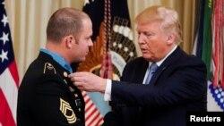 Президент Дональд Трамп вручает медаль мастеру-сержанту Мэтью Уильямсу, Белый дом, 30 октября 2019 года