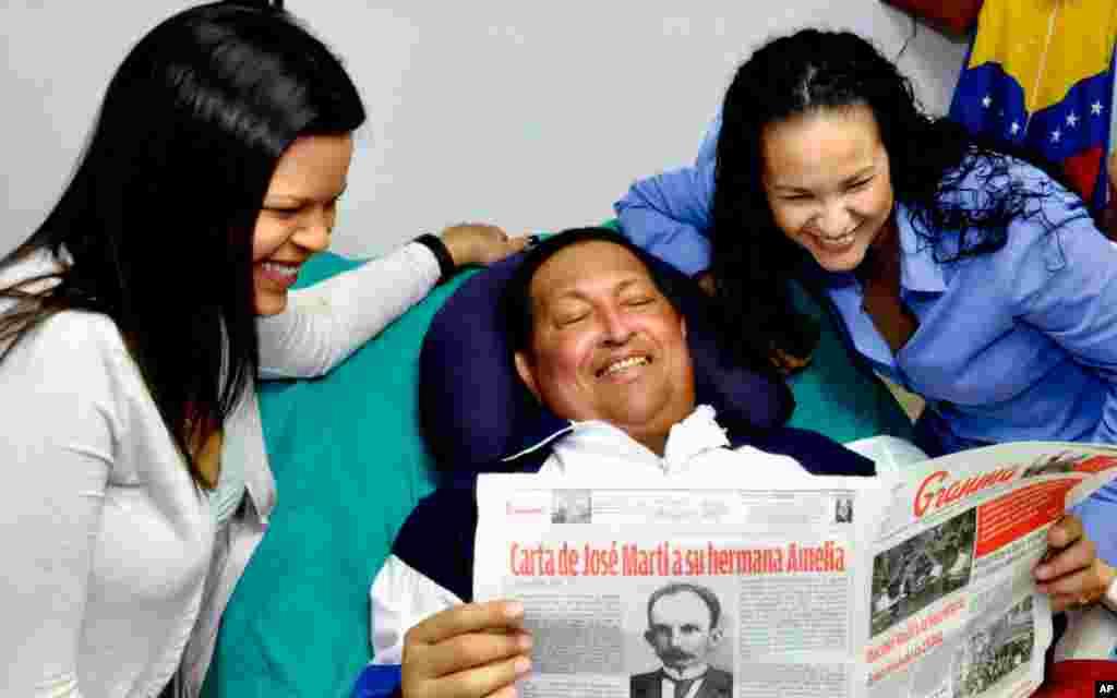 Hugo Chávez aparece en las imágenes sonriente y con el rostro ligeramente hinchado.
