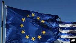 아테네 파르테논 신전 위로 휘날리는 유럽연합 깃발과 그리스 국기.