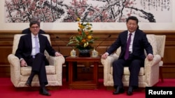 2013年11月15日美国财政部长杰克•卢在钓鱼台国宾馆会见中国国家主席习近平(资料照片)