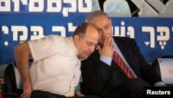 Thủ tướng Israel Benjamin Netanyahu (phải) nói chuyện với bộ trưởng Quốc phòng Moshe Yaalon trong lễ tốt nghiệp của các học viên hải quân Israel ở thành phố miền bắc Haifa, 2/9/2014.