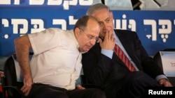 Menteri Pertahanan Israel, Moshe Yaalon (kiri) bersama PM Benjamin Netanyahu (2/9).