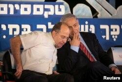 Thủ tướng Israel Benjamin Netanyahu (phải) nói chuyện với Bộ trưởng Quốc phòng Israel Moshe Yaalon trong lễ tốt nghiệp của các sĩ quan hải quân ở Haifa, 2/9/ 2014.