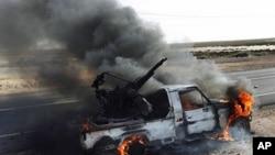 卡扎菲军队的高射机枪被反对派烧毁