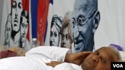 Aktivis Anna Hazare beristirahat di tengah aksi mogok makan menuntut hukuman yang lebih keras bagi para koruptor di India (6/4).