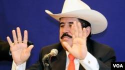 """El depuesto presidente de Honduras, Manuel Zelaya, dijo que estaba contento de haber regresado a """"la tierra que me vió nacer""""."""