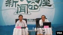 中国现代国际关系研究院副院长李绍先在中外记者茶聚上谈中东反恐问题(美国之音东方/拍摄)