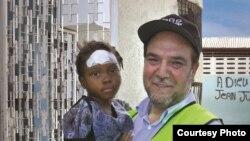 Khalil Demir, Direktur Zakat Foundation dengan seorang anak korban gempa Haiti saat Zakat Foundation memberikan bantuan di Haiti (foto: dok pribadi)