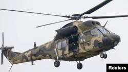 한국 충남 논산의 육군항공학교에서 22일 한국의 첫 독자개발 기동헬기 '수리온' 전력화 기념행사가 열린 가운데, 시험 비행 중인 수리온.