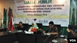"""Para narasumber dalam """"Diskusi Publik: Pentingnya RUU Pertanahan Adil Gender untuk Memperkuat Akses dan Kontrol Perempuan atas Tanah"""", di Ruang Rapat FPPP, Lantai 15 Nusantara 1 DPR RI, Jakarta, Kamis (18/10). (Foto: VOA/Ghita)"""