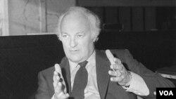 La imagen de 1984, del director Peter Yates durante una conferencia de prensa sobre su película The Dresser.