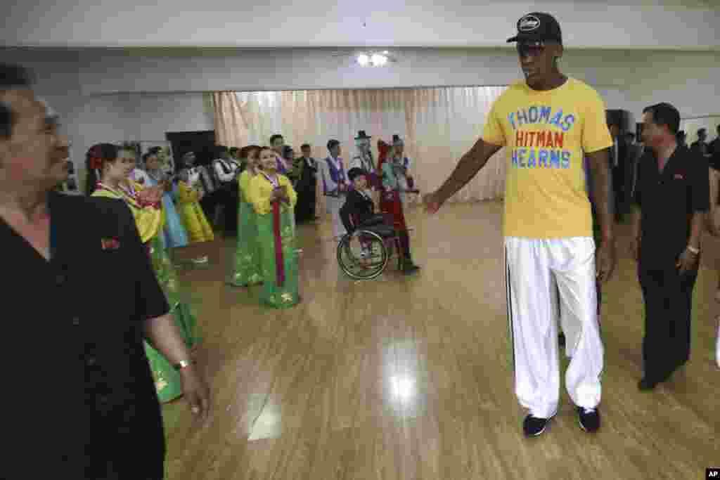 북한을 방문 중인 미국프로농구(NBA) 스타 출신 데니스 로드먼이 16일 평양의 장애인보호연맹을 방문했다.