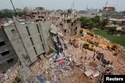 Hiện trường vụ sập tòa nhà Rana Plaza 8 tầng ở Bangladesh gây thiệt mạng cho hơn 1.100 công nhân xưởng dệt may ngày 30/4/2013.