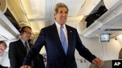 Američki državni sekretar Džon Keri u razgovoru sa novinarima u svom službenom avionu