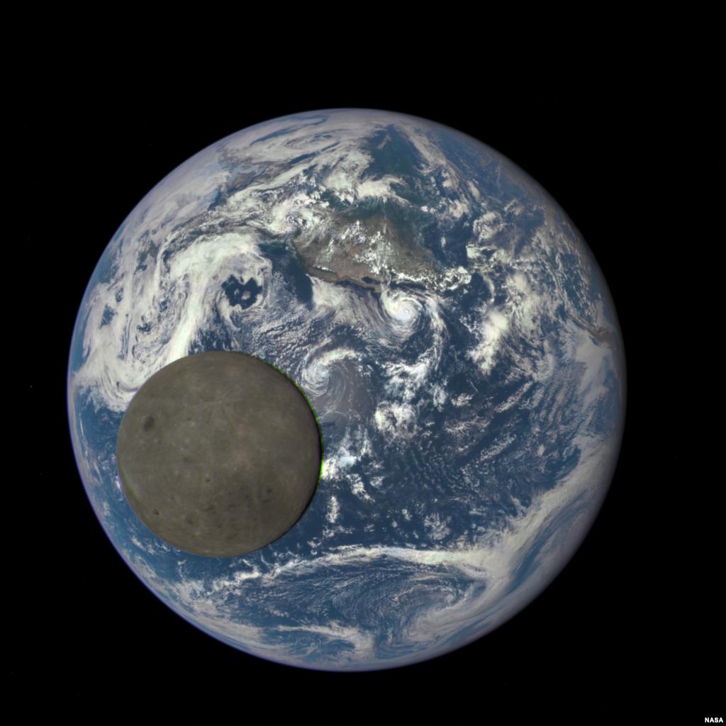Mặt trăng đi ngang qua giữa Trái đất và tàu vũ trụ DSCOVR. (Hình: NASA/NOAA)