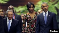 Presiden AS Barack Obama dan ibu negara Michelle menghadiri acara jamuan makan malam atas undangan Presiden Kuba Raul Castro (kiri) di Havana, Senin (21/3).