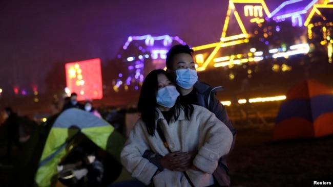 1 Ocak 2020 - Corona virüsü pandemisinin başladığı yer olarak kabul edilen Wuhan'da bir çift