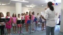 Göçmen Çocuklar Dünya Barışı İçin Şarkı Söylüyor