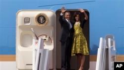 28일 바락 오바마 미 대통령 부부 내외가 아프리카 세네갈 방문을 마치고 남아공행 비행기에 오르고 있다.