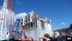 日本去年海嘯使福島第一核電站癱瘓。圖中是一月五日所拍的四號反應堆的建築