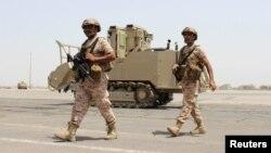Para tentara dari Uni Emirat Arab melewati kendaraan militer di bandar udara Aden, Yaman. (Foto: Dok)