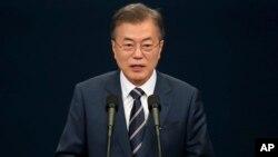 Presiden Korea Selatan Moon Jae-in memberikan konferensi pers di Seoul, Minggu (27/5).