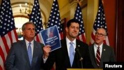 Líderes republicanos en el Congreso continúan presionando a sus colegas para que aprueben la propuesta legislación para reemplazar la ley de salud actual conocida como Obamacare.