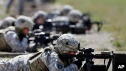 지난 2012년 9월 미 육군 소속 여군들이 사격 훈련을 하고 있다. (자료사진)