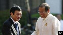 ປະທານາທິບໍດີຟີລິບປິນ ທ່ານ Benigno Aquino ທີ 3 (ຂວາ) ຈັບມືກັບປະທານປະເທດຫວຽດນາມ ທ່ານ Truong Tan Sang ໃນລະຫວ່າງພິທີຕ້ອນຮັບທີ່ທຳນຽບ Malacanang ໃນກຸງມະນີລາ (26 ຕຸລາ 2011)