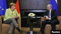 La Chancelière Angela Merkel parle avec le président russe Vladimir Poutine à Sochi, Russie, le 2 mai 2017.