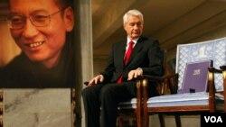 Ketua Komite Nobel Norwegia, Thorbjoern Jagland memandang ke arah kursi kosong di mana sertifikat Nobel Perdamaian bagi Liu Xiaobo diserahkan di Oslo, Jumat malam.