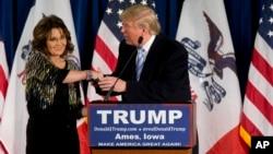 새라 페일린 전 알래스카 주지사(왼쪽)가 19일 아이오와 주립대학에서 열린 트럼프 후보 지지 선언을 한 후 트럼프 후보와 악수하고 있다.