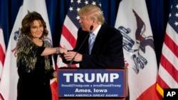 سارا پیلین فرماندار پیشین آلاسکا (چپ) در کنار دونالد ترامپ داوطلب پیشتاز نامزدی انتخابات ریاست جمهوری آمریکا از حزب جمهوریخواه - ۲۹ دی ۱۳۹۴