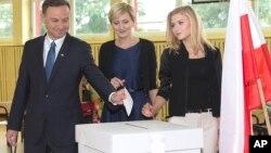 2015年5月24日保守派人士杜达(左)准备投自己的票