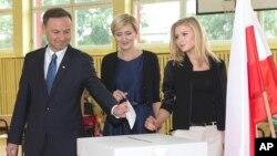 Ứng viên tổng thống Andrzej Duda cùng vợ và con gái đi bỏ phiếu tại Krakow, Ba Lan, ngày 24/5/2015.