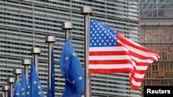 美國國旗和歐盟旗幟在布魯塞爾歐盟委員會總部大樓前飄揚。(2017年2月20日)
