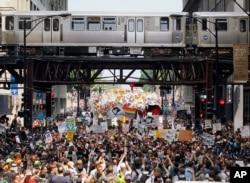 La foule des manifestants, dimanche à Chicago.