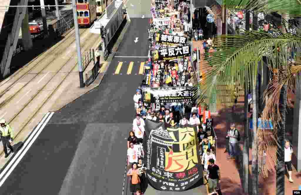 香港支聯會表示有1千人參與六四28周年遊行。(美國之音湯惠芸)