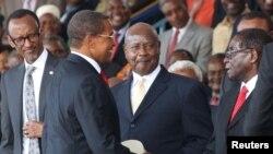 Président Paul Kagame du Rwanda, à gauche, et le Président Yoweri Museveni de l'Ouganda, 2 à droite, regardent le président sortant Jakaya Kikwete de la Tanzanie, 2e à gauche, saluer le président Robert Mugabe du Zimbabwe avant la cérémonie d'investiture du président élu John Magufuli au stade Uhuru à Dar es Salaam, 5 novembre 2015. REUTERS / Emmanuel Herman