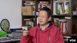 夏業良教授稱他被北大解聘是出於政治原因(美國之音北京分社拍攝)