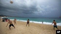 Unos 14.000 turistas han tenido que buscar refugio en los hoteles de Los Cabos, en México, por la llegada del huracán Newton.