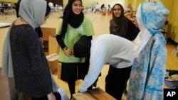 Volonteri u džamiji u Hjustonu pakuju hranu za žrtve poplava