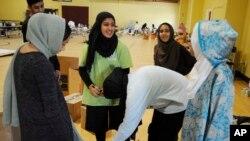 Relawan Islamic Society of Greater Houston menyerahkan paket bantuan di sebuah masjid yang digunakan sebagai tempat berteduh bagi para korban badai Harvey, Kamis, 31 Agustus 2017. Komunitas Muslim Houston, yang diperkirakan 200.000 orang, telah membuka banyak pusat komunitasnya dan mengirim ratusan relawan untuk menyalurkan dana dan bantuan pangan.