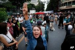 រូបឯកសារ៖ បាតុករគាំទ្រលទ្ធិប្រជាធិបតេយ្យ បានលើកម្រាមដៃបីក្នុងអំឡុងពេលធ្វើបាតុកម្មតវ៉ាមួយនៅសង្កាត់ពាណិជ្ជកម្ម Silom ក្នុងទីក្រុងបាងកក ប្រទេសថៃ កាលពីថ្ងៃទី២៩ ខែតុលា ឆ្នាំ ២០២០។