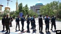 Petugas polisi berjaga di lokasi kejadian, di sekitar tempat suci pendiri revolusioner Iran Ayatollah Khomeini, setelah melakukan serangan terhadap beberapa penyerang di Teheran, Iran, Rabu, 7 Juni 2017. (AP Photo / Ebrahim Noroozi)