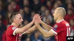 Le Français Franck Ribéry du Bayern Munich, à gauche, et son coéquipier néerlandais Arjen Robben se congratulent après le deuxième but de leur équipe lors du quart de finale de Ligue des champions contre le Sevilla FC au stade Ramon Sanchez Pizjuan, à Sév